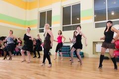Κατηγορία χορού για το υπόβαθρο θαμπάδων γυναικών Στοκ εικόνα με δικαίωμα ελεύθερης χρήσης