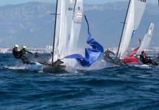 Κατηγορία Nacra που πλέει κατά τη διάρκεια του regatta με λεπτομέρειες της Μαγιόρκα στοκ εικόνα