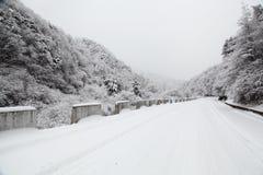 Κατηγορίες τοπίου: Χιόνι εθνικών οδών Yu Shaanxi Qinling Feng Στοκ φωτογραφία με δικαίωμα ελεύθερης χρήσης