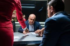 Κατηγορούμενος ή μάρτυρας που δέχεται συμβουλές από το δικηγόρο για να υπογράψει μια επίσημη ανακοίνωση στοκ φωτογραφία με δικαίωμα ελεύθερης χρήσης