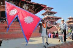ΚΑΤΜΑΝΤΟΥ, ΝΕΠΑΛ - 13 ΙΑΝΟΥΑΡΊΟΥ 2015: Νεπαλικό άτομο που κρατά τη νεπαλική σημαία στην πλατεία Durbar Στοκ φωτογραφία με δικαίωμα ελεύθερης χρήσης