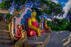 ΚΑΤΜΑΝΤΟΥ, ΝΕΠΑΛ ΣΤΙΣ 15 ΟΚΤΩΒΡΊΟΥ 2017: Άποψη των αγαλμάτων του Βούδα στην είσοδο του ναού Swayambhu Stupa στο Κατμαντού Στοκ φωτογραφία με δικαίωμα ελεύθερης χρήσης