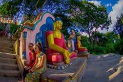ΚΑΤΜΑΝΤΟΥ, ΝΕΠΑΛ ΣΤΙΣ 15 ΟΚΤΩΒΡΊΟΥ 2017: Άποψη των αγαλμάτων του Βούδα στην είσοδο του ναού Swayambhu Stupa στο Κατμαντού Στοκ Φωτογραφίες