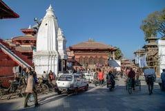Κατμαντού, Νεπάλ - 28 Δεκεμβρίου 2011: Άνθρωποι, ποδήλατα και αυτοκίνητα στο Χ στοκ εικόνα