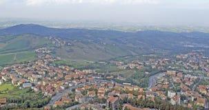 Κατοικήσιμες περιοχές στο πόδι των βουνών στη Δημοκρατία ο στοκ εικόνες με δικαίωμα ελεύθερης χρήσης