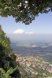 Κατοικήσιμες περιοχές στο πόδι των βουνών στη Δημοκρατία ο στοκ φωτογραφία