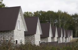 Κατοικήσιμη περιοχή με τα πρόσφατα χτισμένα σπίτια σε μια σειρά στοκ εικόνες