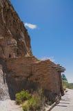 Κατοικία απότομων βράχων σπηλιών στο εθνικό Νέο Μεξικό μνημείων Bandalier στοκ εικόνα με δικαίωμα ελεύθερης χρήσης