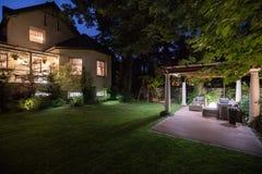 Κατοικία πολυτέλειας με το patio ομορφιάς Στοκ φωτογραφία με δικαίωμα ελεύθερης χρήσης