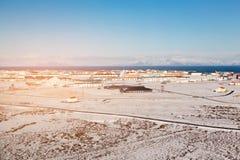 Κατοικία πόλεων της Ισλανδίας κεντρικός με το βουνό και το σαφή μπλε ουρανό Στοκ εικόνες με δικαίωμα ελεύθερης χρήσης