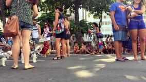 Κατοικίδια ζώα και ιδιοκτήτες στο κόμμα οδών καρναβαλιού για τα σκυλιά Ρίο φιλμ μικρού μήκους