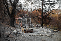 Κατοικημένα ιδιοκτησία και αυτοκίνητο που καταστρέφονται στην πυρκαγιά Στοκ Εικόνες
