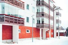 Κατοικημένα κτήρια διαμερισμάτων φραγμών σύνθετα στο χειμώνα Ροβανιέ στοκ εικόνες