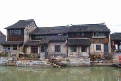Κατοικημένα κτήρια παραδοσιακού κινέζικου σε μια πόλη νερού Στοκ Φωτογραφία