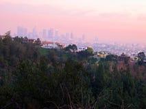 Κατοικημένα σπίτια οροπέδιων με μια άποψη των πύργων και της πόλης του Λος Άντζελες - που λαμβάνονται από Griffith το πάρκο Στοκ φωτογραφίες με δικαίωμα ελεύθερης χρήσης
