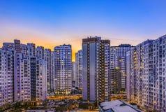 Κατοικημένα υψηλά κτήρια τη νύχτα στοκ φωτογραφία