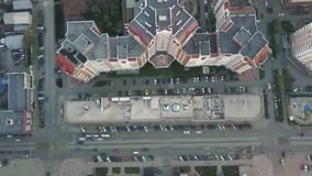 Κατοικημένη περιοχή σε μια μεγάλη μητρόπολη με τις οδικές συνδέσεις και τα σπίτια βίντεο Άποψη πρόσφατα χτισμένου ενός κατοικημέν στοκ φωτογραφίες