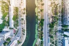 Κατοικημένη περιοχή σε μια μεγάλη μητρόπολη με τις οδικές συνδέσεις και τα σπίτια στοκ φωτογραφίες με δικαίωμα ελεύθερης χρήσης
