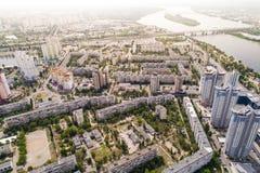 Κατοικημένη περιοχή σε μια μεγάλη μητρόπολη με τις οδικές συνδέσεις και τα σπίτια Άποψη πρόσφατα χτισμένου κατοικημένου ενός σύνθ στοκ εικόνες με δικαίωμα ελεύθερης χρήσης