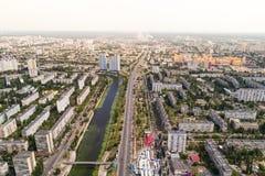 Κατοικημένη περιοχή σε μια μεγάλη μητρόπολη με τις οδικές συνδέσεις και τα σπίτια στοκ φωτογραφία