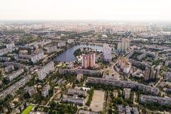 Κατοικημένη περιοχή σε μια μεγάλη μητρόπολη με τις οδικές συνδέσεις και τα σπίτια στοκ εικόνες