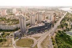Κατοικημένη περιοχή σε μια μεγάλη μητρόπολη με τις οδικές συνδέσεις και τα σπίτια Άποψη πρόσφατα χτισμένου κατοικημένου ενός σύνθ στοκ εικόνες