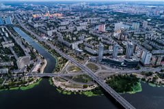 Κατοικημένη περιοχή σε μια μεγάλη μητρόπολη με τις οδικές συνδέσεις και τα σπίτια στοκ φωτογραφία με δικαίωμα ελεύθερης χρήσης