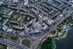 Κατοικημένη περιοχή σε μια μεγάλη μητρόπολη με τις οδικές συνδέσεις και τα σπίτια Άποψη πρόσφατα χτισμένου κατοικημένου ενός σύνθ στοκ φωτογραφίες