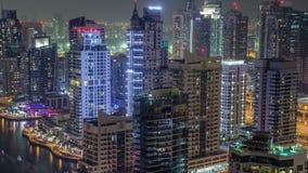 Κατοικημένοι πύργοι με τη μαρίνα του Ντουμπάι φωτισμού και φωτισμού timelapse απόθεμα βίντεο