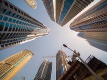 Κατοικημένος ουρανοξύστης στο Ντουμπάι μια ηλιόλουστη ημέρα Ε.Α.Ε. στοκ φωτογραφίες με δικαίωμα ελεύθερης χρήσης