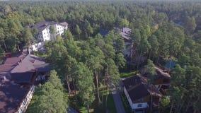 Κατοικημένος σύνθετος, εξοχικό σπίτι, σπίτια στο δάσος απόθεμα βίντεο
