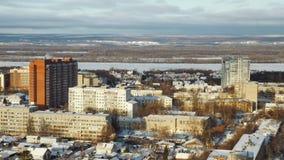 Κατοικημένος σύνθετος στη σύγχρονη πόλη το χειμερινό πρωί, ήλιος λάμπει ήρεμα φιλμ μικρού μήκους