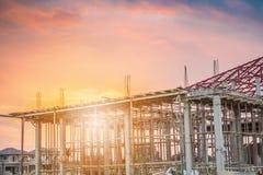 Κατοικημένο καινούργιο σπίτι κατασκευής υπό εξέλιξη στο εργοτάξιο Στοκ φωτογραφία με δικαίωμα ελεύθερης χρήσης