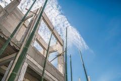 Κατοικημένο καινούργιο σπίτι κατασκευής υπό εξέλιξη στο εργοτάξιο Στοκ Εικόνα