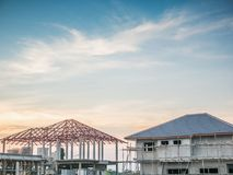 Κατοικημένο καινούργιο σπίτι κατασκευής υπό εξέλιξη στο εργοτάξιο Στοκ Φωτογραφίες