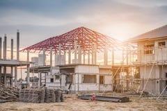 Κατοικημένο καινούργιο σπίτι κατασκευής υπό εξέλιξη Στοκ φωτογραφία με δικαίωμα ελεύθερης χρήσης