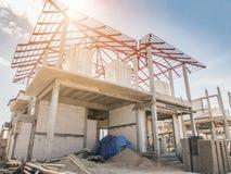 Κατοικημένο καινούργιο σπίτι κατασκευής υπό εξέλιξη Στοκ εικόνες με δικαίωμα ελεύθερης χρήσης