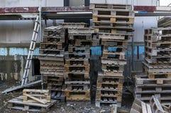 Κατοικημένο κτήριο εργοτάξιων οικοδομής με τα υλικά σκαλωσιάς για το faca Στοκ Φωτογραφίες
