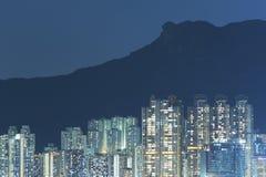 Κατοικημένο κτήριο κάτω από το βράχο λιονταριών στην πόλη Χονγκ Κονγκ Στοκ φωτογραφία με δικαίωμα ελεύθερης χρήσης