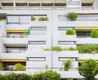 Κατοικημένο κτήριο με πολλά πεζούλια ως μικροϋπολογιστής-κήπο στοκ εικόνα