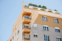 Κατοικημένο κτήριο με τα μπαλκόνια στη Λισσαβώνα στην Πορτογαλία Ευρωπαϊκή κατοικία στοκ εικόνες