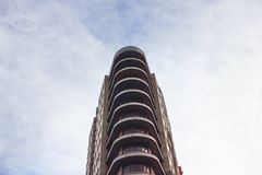 Κατοικημένο κτήριο πολυόροφων κτιρίων, άποψη από κάτω από Στοκ φωτογραφίες με δικαίωμα ελεύθερης χρήσης