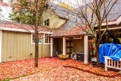 Κατοικημένο σπίτι με το κατώφλι κήπων στη βροχερή ημέρα φθινοπώρου Στοκ Φωτογραφίες
