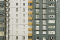 Κατοικημένο σπίτι, παράθυρα και balconie Στοκ φωτογραφία με δικαίωμα ελεύθερης χρήσης
