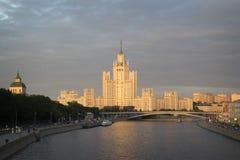 Κατοικημένο σπίτι στο ανάχωμα Kotelnicheskaya Το πολυόροφο κτίριο χτίζει Στοκ Εικόνα