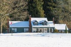 Κατοικημένο σπίτι στο χιόνι μια ηλιόλουστη ημέρα Στοκ Φωτογραφία