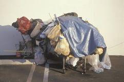 Κατοχές ενός άστεγου προσώπου στο κάρρο αγορών, Σάντα Μόνικα, Καλιφόρνια Στοκ εικόνα με δικαίωμα ελεύθερης χρήσης