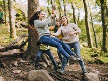 Κατοχή της διασκέδασης στην ταλάντευση σχοινιών Στοκ φωτογραφία με δικαίωμα ελεύθερης χρήσης