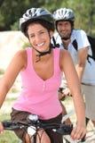 Κατοχή της διασκέδασης στο ποδήλατο στοκ φωτογραφίες με δικαίωμα ελεύθερης χρήσης