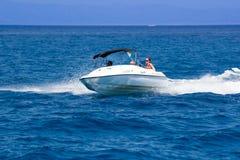 Κατοχή της διασκέδασης σε μια βάρκα Στοκ Εικόνα